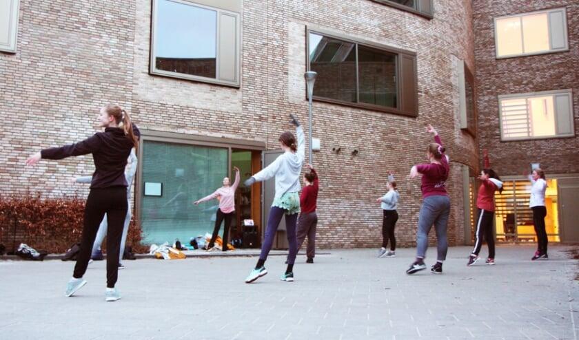 <p><strong>Leerlingen van de les Klassiek Ballet met docent Lonneke Swinkels</strong><strong>.</strong></p>