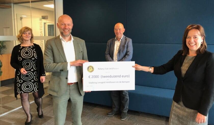 <p>Erik Vannisselroy, voorzitter van Rotary Veldhoven en Angela van Gerwen, voorzitter van Stichting Leergeld, tonen met trots de cheque.</p>