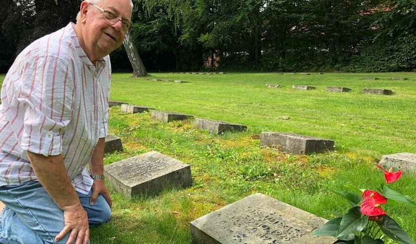 <p>Jaap bij de grafsteen van zijn oom Chris in het Duitse Kiel&nbsp;</p>