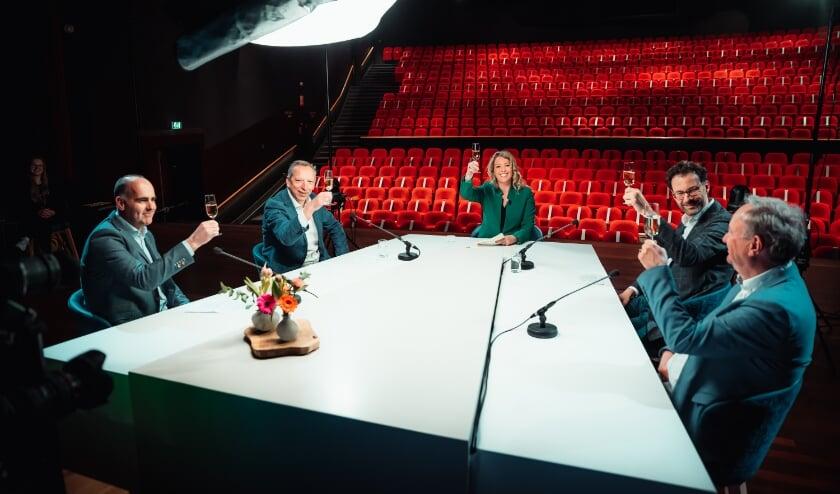 <p>Op de bouwplaats en aan tafel bij de Rijswijkse Schouwburg hieven alle partners het glas.&nbsp;</p>