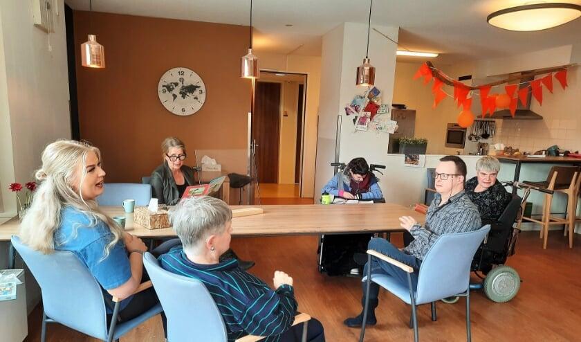 <p>V.l.n.r.: Jiska, Ans, Regina, Reinoud en Danielle luisteren naar het verhaal dat Jannie Boel van Tap Dela hen voorleest.</p>