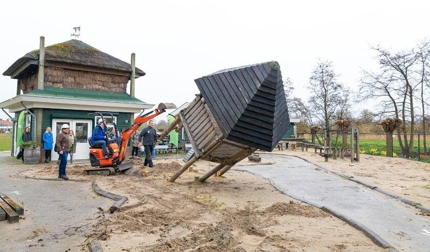 <p>Voor het offici&euml;le startmoment van de sloop klom Berent Stapelkamp namens Stichting Fonds de Boer op de kraan.</p>