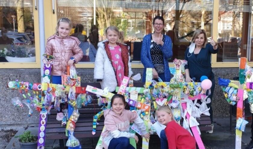 Kinderen van basisschool  De Bonte Pael en medewerkers van Woonzorgcentrum Stefanna