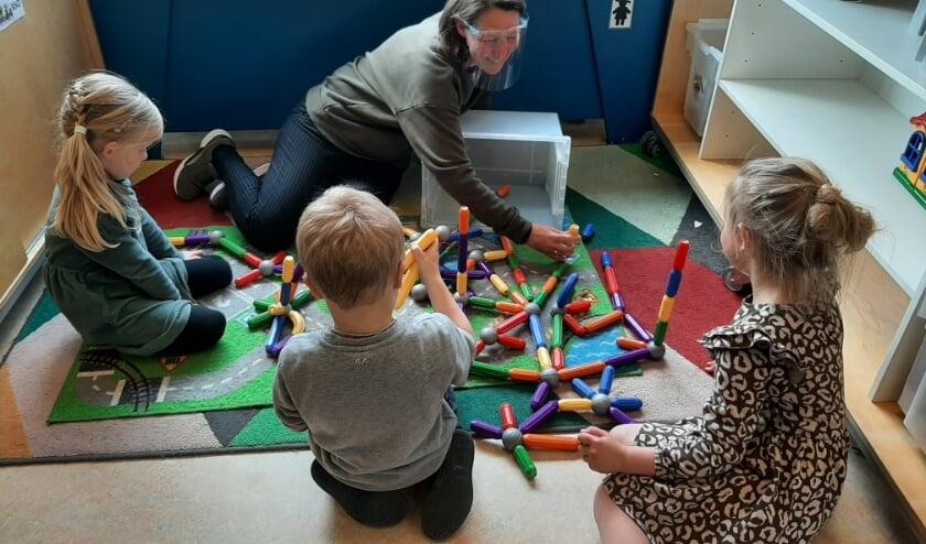 <p>&quot;De kinderen moesten weer even wennen aan de bso, maar het voelde al snel weer vertrouwd,&rdquo; aldus pedagogisch medewerker Sasja van Hofwegen van kindcentrum De Meander.</p>