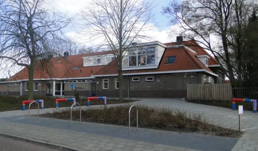<p>Het schoolgebouw aan de Noord Esweg. Linksachter zou de nieuwbouw moeten komen.</p>