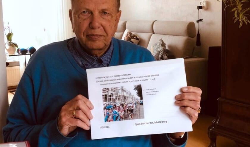 <p>Middelburger Sjaak den Herder schreef een boek over het vrouwenwielrennen in Zeeland tussen 1959 en 2020.</p>