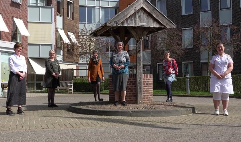 <p>v.l.n.r.: Corine Duijzer, Hester van den Bosch, Anja Bouter (alle drie 12½ jaar werkzaam in het zorgcentrum), Marietje de Bijl (50 jaar werkzaam), Dina van Aalst (25 jaar) en Lianne Dammers (12½ jaar werkzaam).</p>