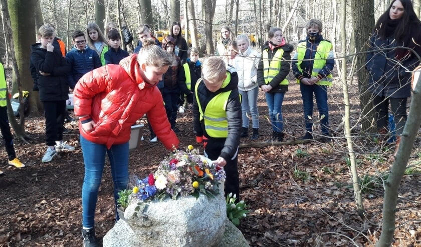<p>Leerlingen van Basisschool De Plataan leggen bloemen bij het monumentje voor de hier ge&euml;xecuteerde gebroeders Van Steenbergen.</p>