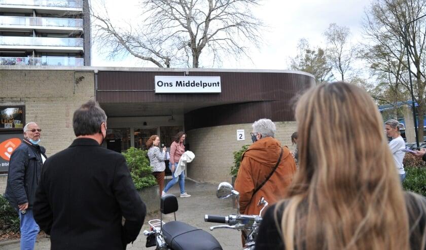 <p>Het bord van Ons Middelpunt aan de gevel van het dorpshuis in Doorwerth, net na de onthulling.&nbsp;</p>