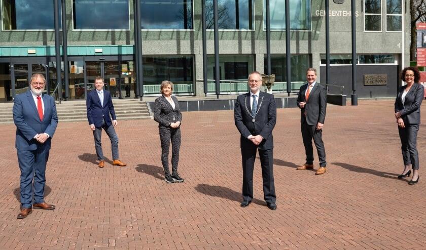 <p>Van links af wethouder Jan Aalbers, wethouder Michiel Wiersinga, wethouder Lia de Waard - Oudesluijs, burgemeester Tom Horn, wethouder Erik Visser en gemeentesecretaris Carla Kats.&nbsp;</p><p><br></p>