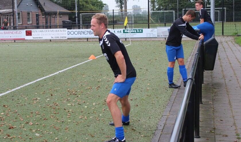 <p>Simon Brouwer rekt en strekt zich, voorafgaande aan een wedstrijd van VVA Achterberg. (Foto: Henk Jansen)</p>