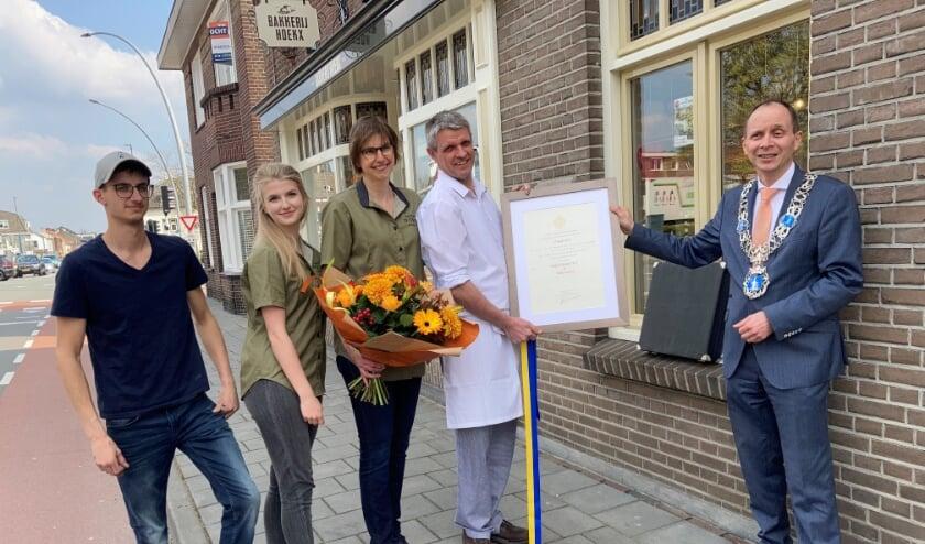 <p><em>Op de foto van links naar rechts: Twan en Lisa Hoekx, hun ouders Miriam en Eti&euml;nne Hoekx en burgemeester Anton Ederveen.</em> </p>