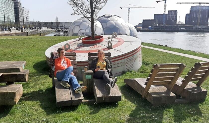 <p>Het meubilair dat van de gekapte coolsingelplatanen gemaakt is, staat nu hij de Rijnhaven. &quot;Zit best lekker&quot;, zeggen deze pauzevierende werknemers.</p>