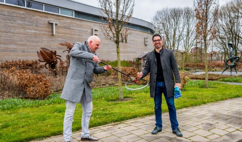 <p>Wethouder (rechts) krijgt van Stadsbeheercollega op de gemeentewerf de afvalgrijper.&nbsp;</p>