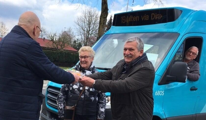 Henk Hengeveld (links) overhandigt een cadeau aan Ada en Henk Bussink.