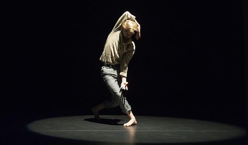 <p>Leerling van de ArtEZ Vooropleiding Dans Enschede Sietse Hoevink, in Concordia. Foto: B. Holtmann</p>