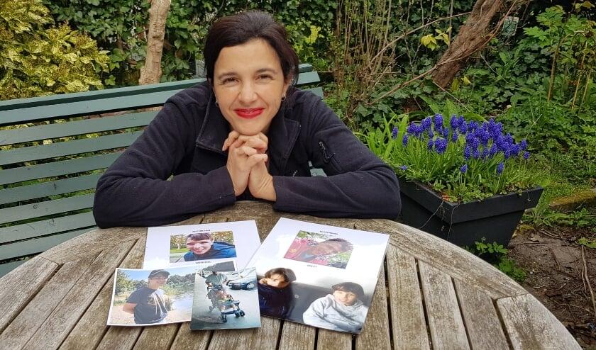 Andreina met de foto's van Brett en Mitchell, haar tweeling van 18.