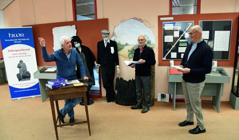 <p>Heemkunde Werkgroep Reusel bestaat vijftig jaar. Van links naar rechts: Gerrit van de Wouw, Wim van Gompel en Peer Tijssen.</p>