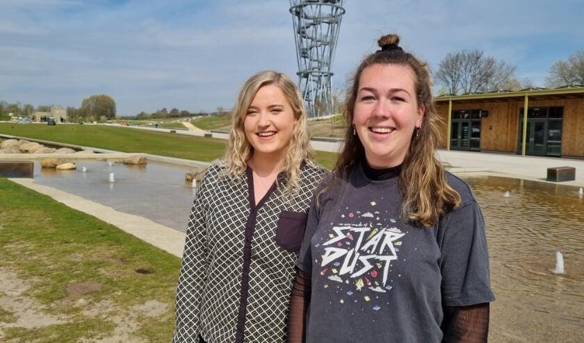<p>Jip van den Boom (links) en Emma Wessels, vierdejaars studenten HAS in Den Bosch, in het Tilburgse Spoorpark: &quot;Hier gebeurt veel.&quot; Teamlid Sofie Katzmann kon er helaas niet bij zijn.</p>