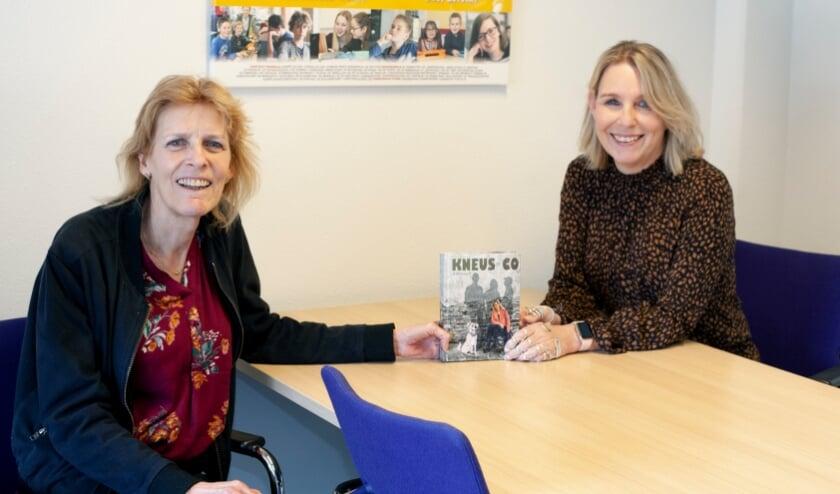 <p>Wethouder Ineke Knuiman van Duiven (links) neemt het eerste exemplaar van het boek 'Kneus &amp; co, de isolatie voorbij' in ontvangst uit handen van Martine Reesink.</p>