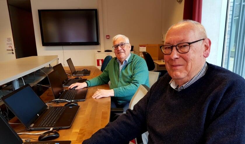<p>Hans Legtenberg (rechts) en Harry Hulstijn kunnen niet wachten tot het leslokaal in de bieb weer open mag.</p>