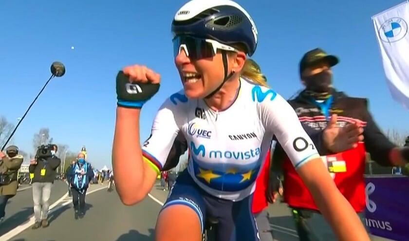 <p>Annemiek van Vleuten wint na tien jaar opnieuw de Ronde van Vlaanderen. Het zegegebaar na de finish spreekt boekdelen. Foto: Movistar</p>