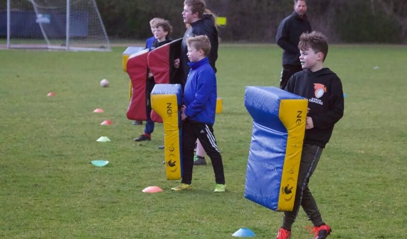 <p>Kinderen die benieuwd zijn naar rugby mogen op woensdag 14, 21 en 28 april van 18.30 tot 19.30 uur meetrainen bij Rugbyclub Dragons.&nbsp;</p>
