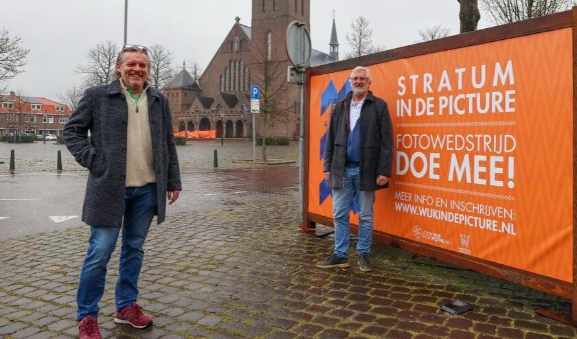 <p>Riks Werts en Marton Wolterink van fotowedstrijd Jouw wijk in de Picture. De winnende foto&#39;s worden -later- buiten ge&euml;xposeerd op metershoge doeken. (Foto: Bert Jansen).</p>