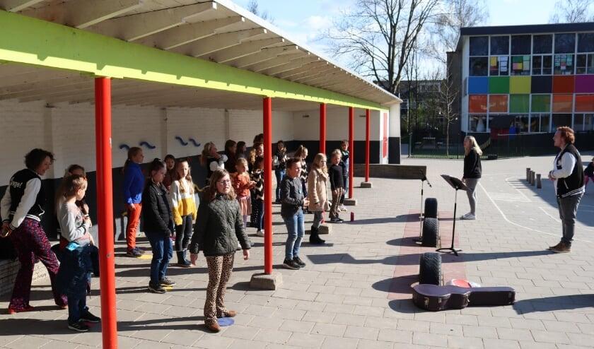 <p>Buitenrepetitie van de Zinge! Kids (8/9 jaar) op het plein van IKC de Meander.</p>