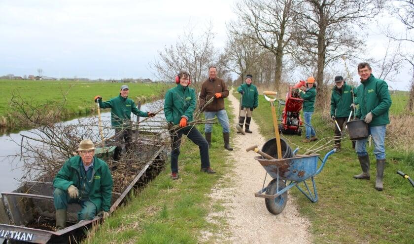 <p>De stoere mannen en vrouwen van Vrijwillig Landschapsbeheer in het Bedelaarsbos, rechts co&ouml;rdinator Wim Dieho. FOTO: Morvenna Goudkade</p>