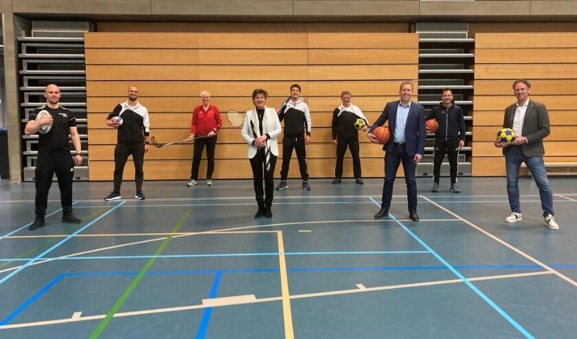 <p>Vooraan rector Daphne Heeroma van het Koning Willem ll College. Rechts Guus Haelermans, Reeshof College en Marc de Bruijn, Sport en Bewegen. &nbsp;Op de achtergrond de betrokken sportdocenten.</p>
