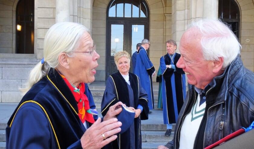 <p>Trouwambtenaar Aad Stoop werd aangenaam verrast door zijn collega&#39;s. Foto: Joop van der Hor</p>