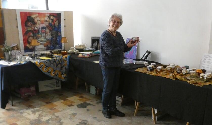 <p>Simone Rovers in de tijdelijke winkel met haar eigengemaakte jam voor het goede doel Sibusiso.</p>