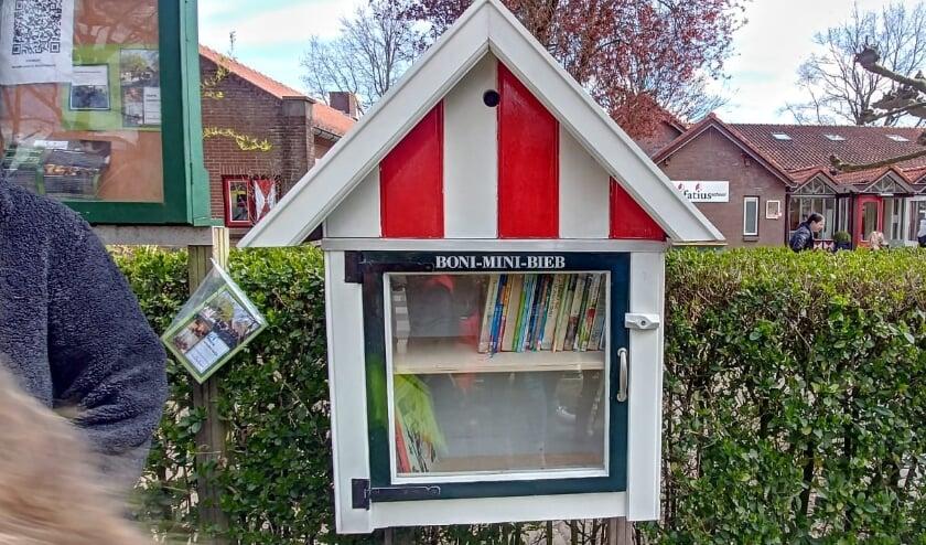 <p>&nbsp;De Boni Mini Bieb is te vinden bij de St. Bonifatiusschool aan de Brinkstraat 4 in Haarzuilens. Eigen foto</p>