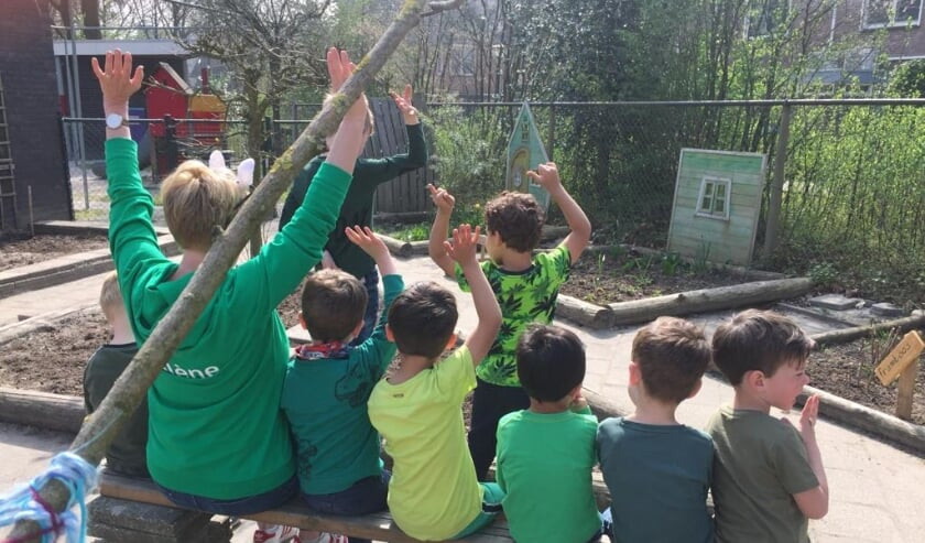 <p>Alle leerlingen was gevraagd om op donderdag 1 april in het groen naar school te komen. Dit zou namelijk de meest aantrekkelijke kleur zijn voor vogels en insecten.</p>