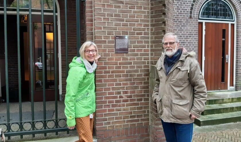 <p>links: Liesbeth van de Zand namens Open Monumentendag Alphen. Rechts: Paulo Stevens namens de Adventskerk</p>