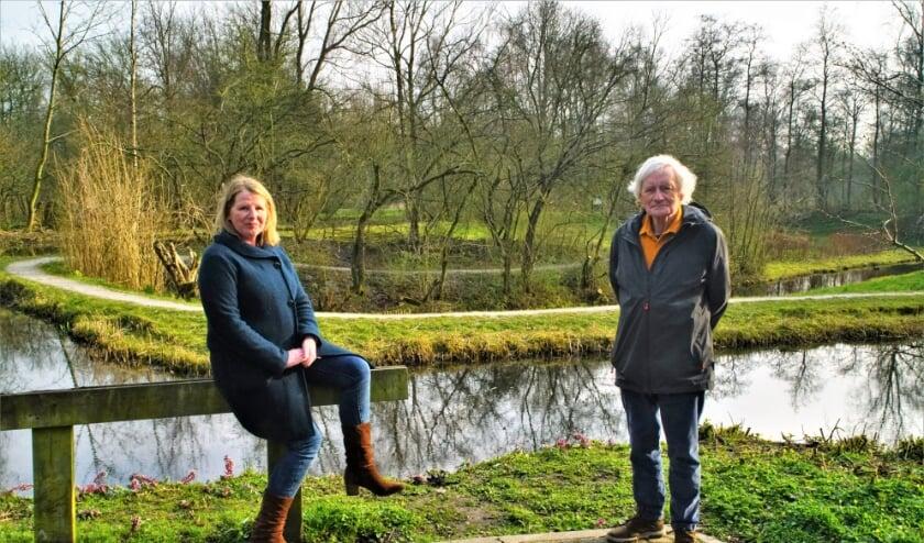 <p>Ep Booneman (R) en secretaris Marina Lurks bij de Natuurtuin in het Westerpark.&nbsp;</p>