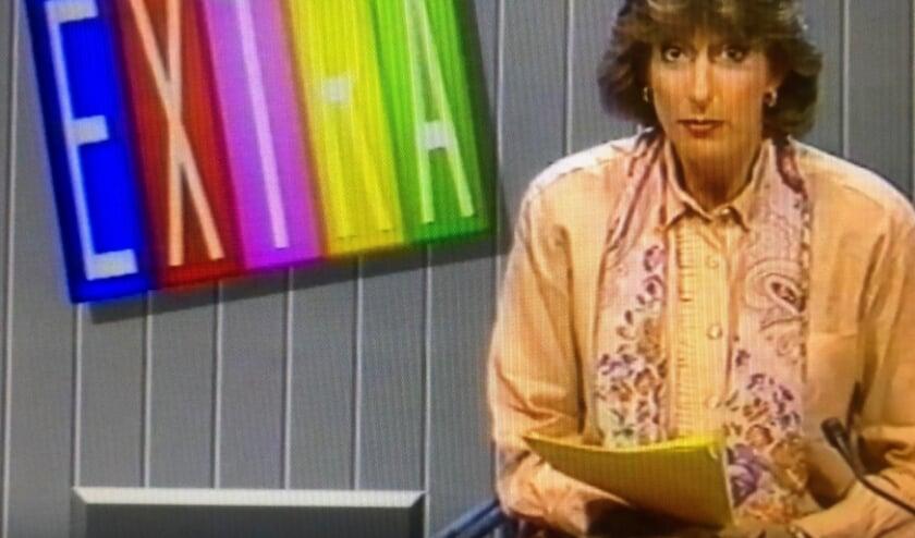 <p>Marga van Praag presenteert het Jeugdjournaal op 5 mei 1990. Foto: Jeugdjournaal 5 mei 1990</p>