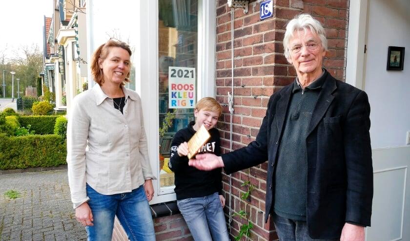 <p>Tamara en Jeroen van Keulen uit de Tulpstraat kregen het Culemborgse goud uitgereikt door Rieks Hoogenkamp.</p>