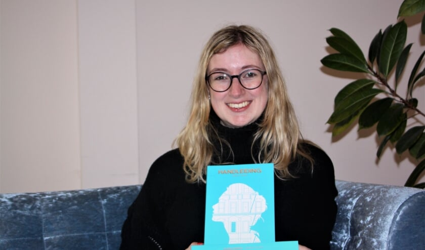 <p>Debutante Birgit Quint uit Eck en Wiel met haar boek &#39;Handleiding&#39; in het gemeentehuis van Buren.</p>