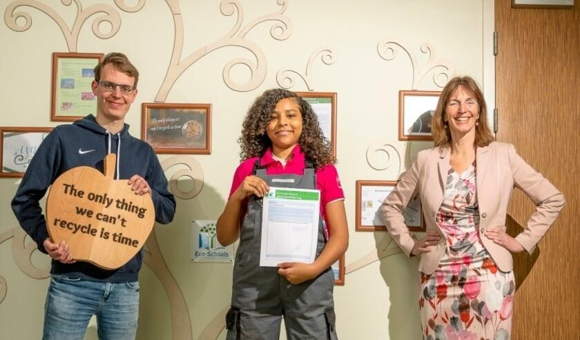 <p>Mbo-student Jesper van der Weij, vmbo-leerling Gisella Mendonca en directeur Rianne de Graaf.</p>
