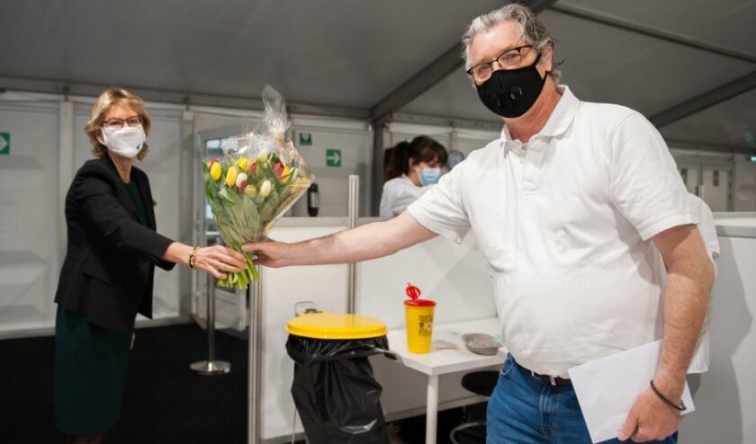 <p>Burgemeester Jolanda de Witte feliciteert de eerste persoon die vandaag in de Albrandswaardse vaccinatie locatie is gevaccineerd.&nbsp;</p>