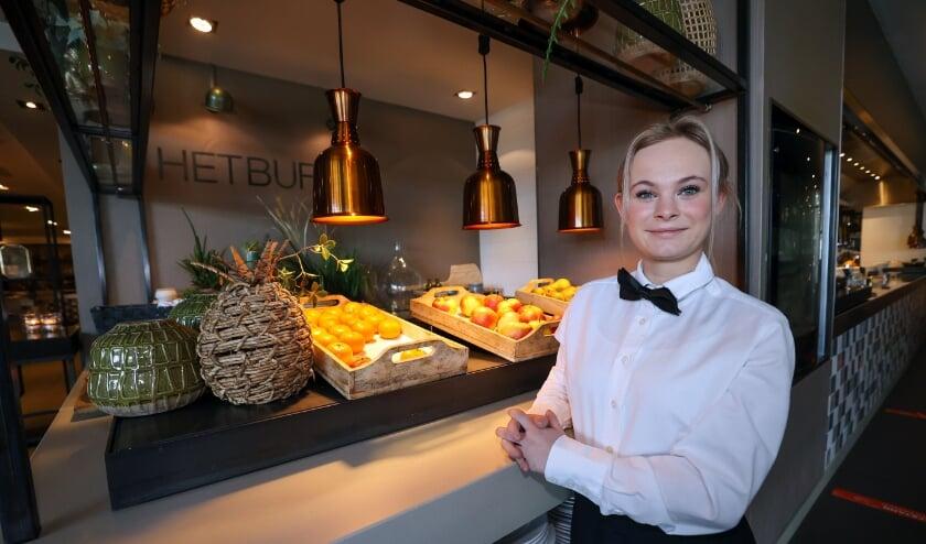 <p>Lotte Elands aan het werk bij het ontbijtbuffet van Hotel Eindhoven. (Foto: Bert Jansen).</p>