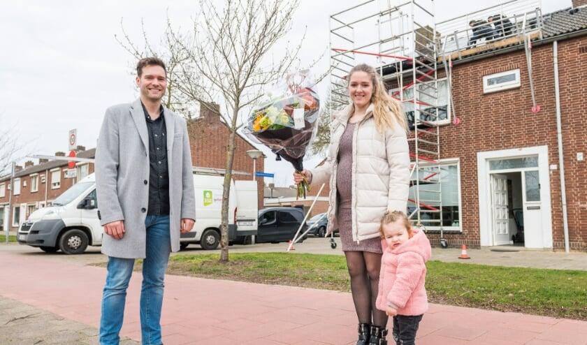 <p>Onlangs werd de 3000e installatie geplaatst: bij familie Andriessen in Eindhoven. Rik Thijs, wethouder Klimaat & Energie, feliciteerde de familie. (Foto: Christ Clijsen).</p>