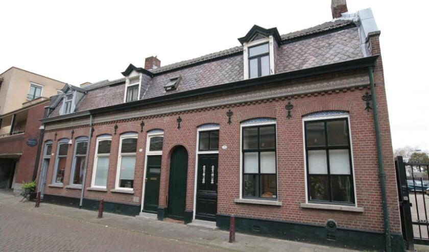 <p>Een halfvrijstaande huizenrij van 1905 die als gemeentelijk monument sinds 2012 gelegen is binnen het rijksbeschermde stadsgezicht Stadskern Tilburg. &nbsp;Meer info staat op www.heemkundekringtilburg.nl.&nbsp;</p>