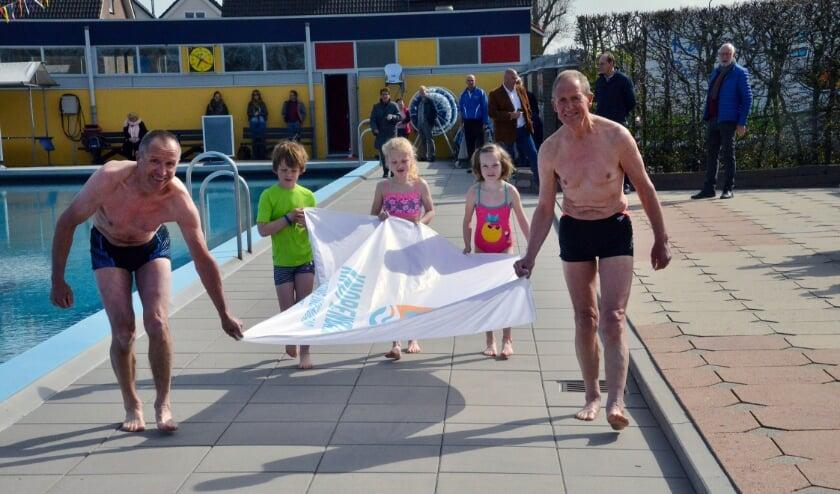 <p>Jan en Arnold de Beus met Duuk, Dieuwertje en Olivia openen het jubileumjaar van het Knopenbad. Foto: Paul van den Dungen</p>