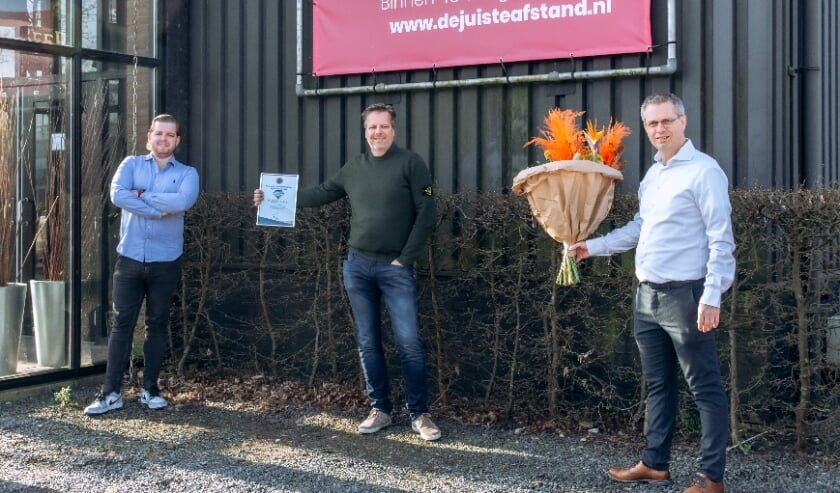 <p>Frank van den Ouden (rechts) feliciteert Michael van der Zee (midden) en zoon Tim (links) met de titel Hoeksche Ondernemersheld maart. (Foto Heijblom Fotografie)</p>