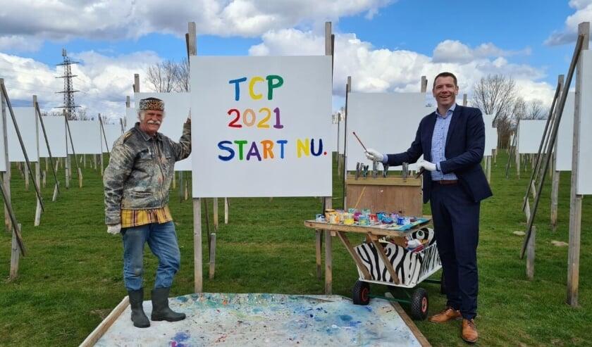 <p>Monumentaal vormgever en beeldend kunstenaar Dirk Hakze (links) en Wethouder van de Gemeente Overbetuwe Dimitri Horsthuis-Tangelder (rechts) geven het startsein voor The Colorfield Performance 2021.&nbsp;</p>