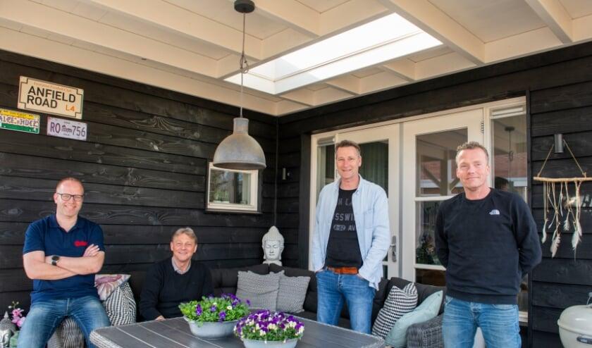 <p>Van links af: De SV Epe-leden die samen een bloemenactie zijn gestart: Remon van Zuuk, Jan Schot, Harry Nijland en Ramon Rijkeboer.</p>