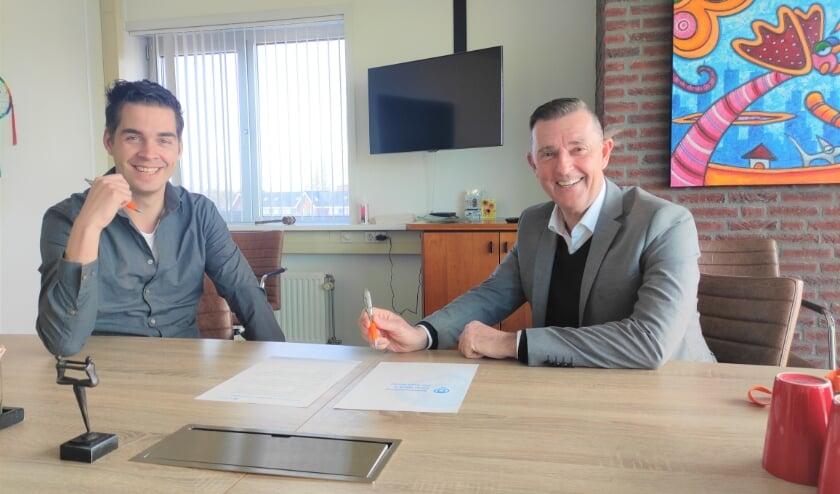 <p>Ben Breedveld van Uw Stad Werkt (links) en Joop Koch van Ferm Werk (rechts) hebben vanochtend de samenwerking bekrachtigd met een handtekening. </p>